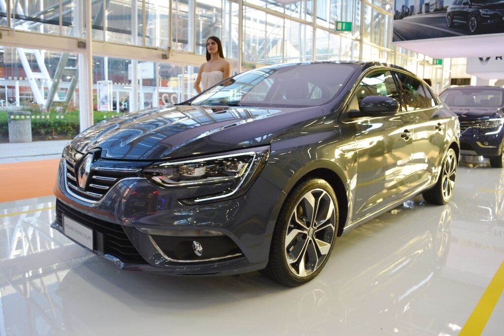 Renault-Megane-Sedan-front-three-quarters-at-2016-Bologna-Motor-Show