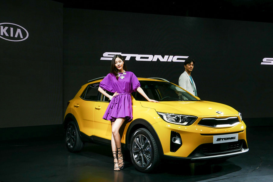 Kia-Stonic-front-three-quarters-right-side-yellow