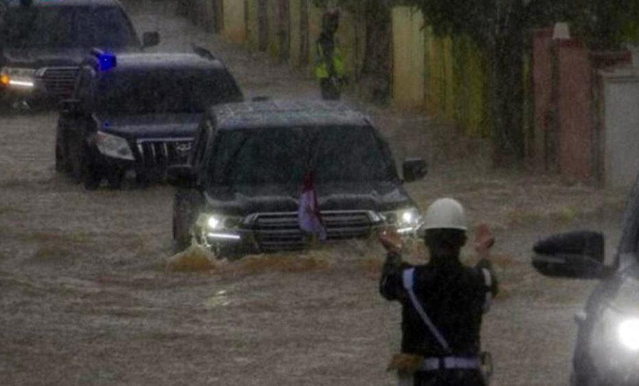 Indonesian President's Land Cruiser Wading Through Floods Goes Viral 1